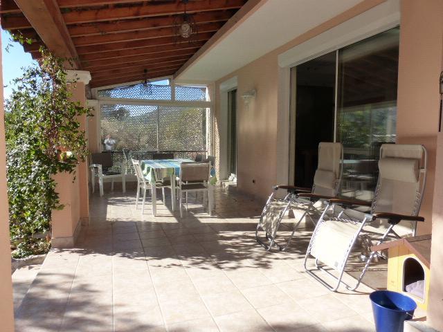 terrasse couverte devant séjour
